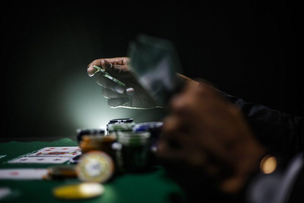 Cara menggertak secara efektif di Poker